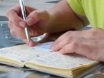 Manos escribiendo en libreta